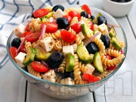 Студена гръцка салата от паста фузили с чери домати, краставици, маслини и сирене фета - снимка на рецептата